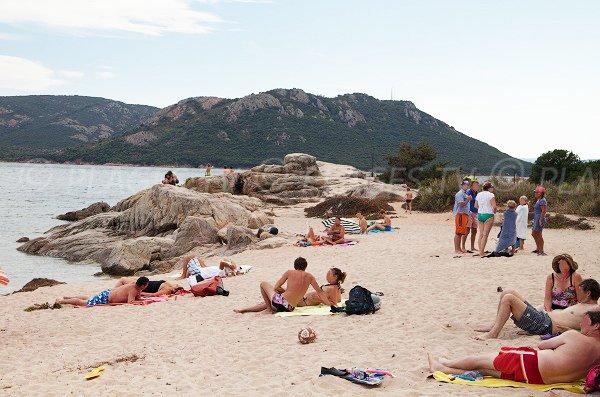 Rochers à l'extrémité de la plage de tramulimacchia