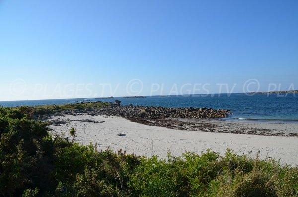Plage de Trez Lern avec vue sur la pointe de la presqu'île de Landrellec