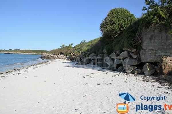 Enrochement le long de la plage de Tremazan à Landunvez