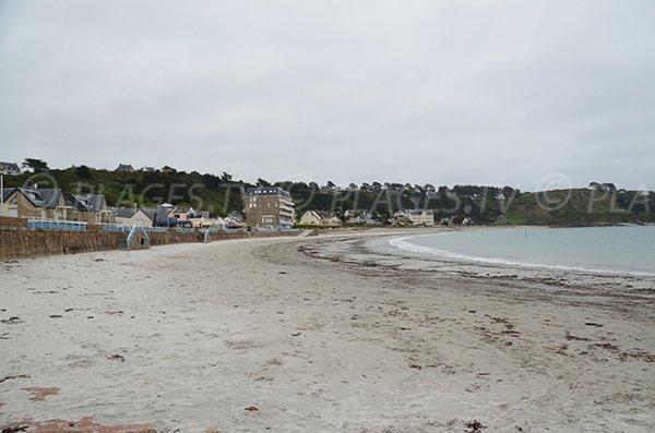 Plage de sable fin à côté du port de Trébeurden