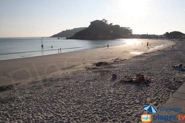 Plage de Tresmeur en été avec vue sur l'ile de Milliau