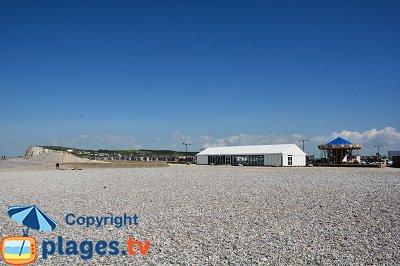 Plage de galets de Tréport avec vue sur les falaises de Mers les Bains
