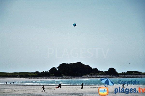 Kitesurf sur la plage de Lampaul Ploudalmézeau