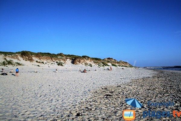 Dune de la plage de Tronoen en Bretagne en direction de la plage de la Torche