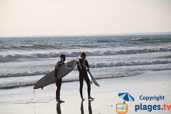 Surfeur sur la plage du Tronoen