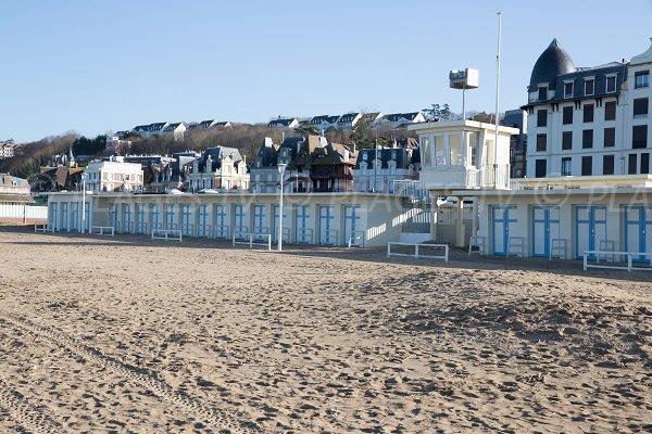 Poste de secours et cabines de bains de la plage de Trouville