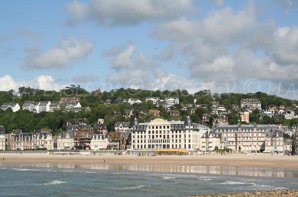 Plage de Trouville - vue depuis Deauville