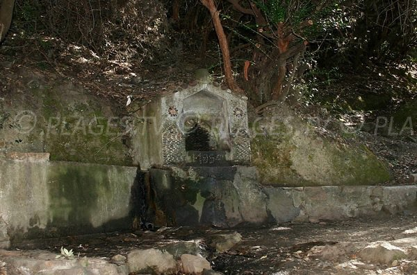 Fontaine sur le sentier du facteur de Girolata
