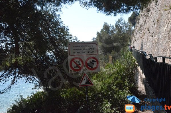 Panneau d'accès à la plage du Tunnel de Roquebrune Cap Martin