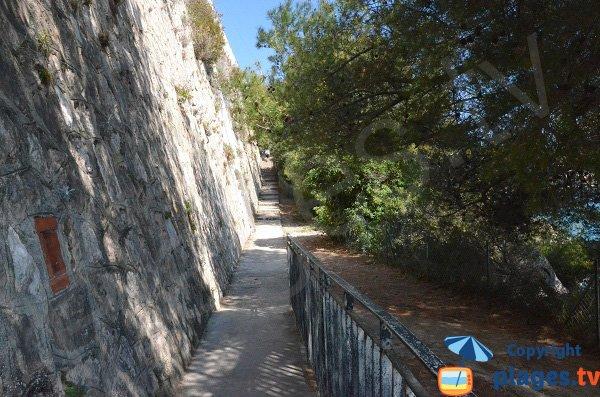 Chemin d'accès à la plage du Tunnel à Roquebrune Cap Martin