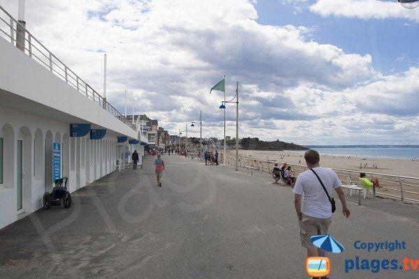 Promenade le long de la plage de Val André
