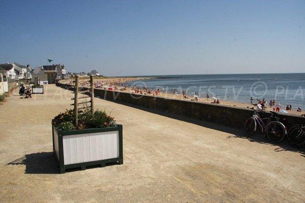 Pedestrian promenade along Valentin beach in Batz sur Mer