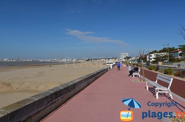 Promenade piétonne le long de la plage de Vallières - St Georges de Didonne