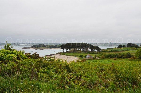 Vue générale de la plage de Varlen et de l'île Loaven