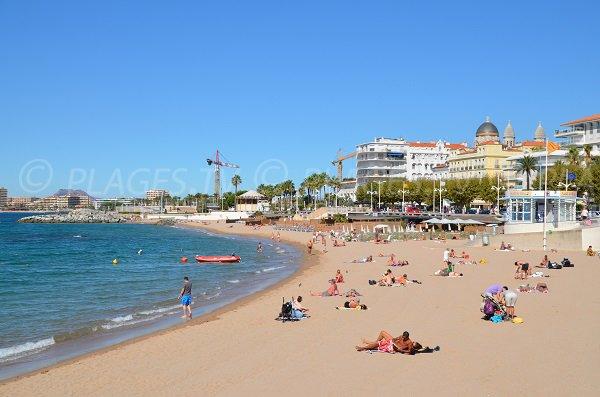 Spiaggia di sabbia nel centro della città di St Raphael