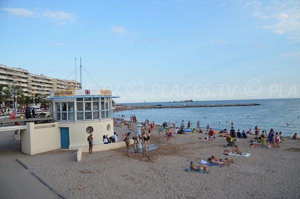 Poste de secours de la plage du Veillat en été