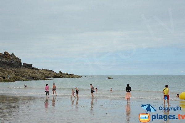 Baignade sur la plage du Verger