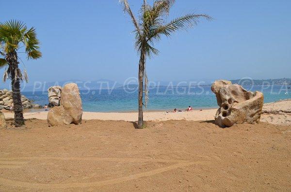 Paillote sur la plage de Verghia en Corse