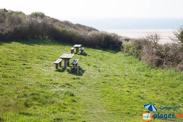 Tables de pique nique sur la plage de la vieille église