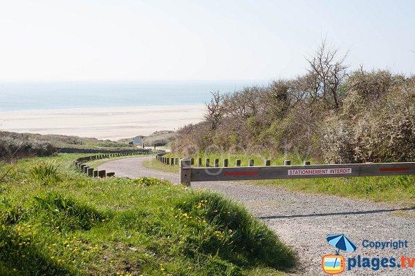 Sentier d'accès à la plage de la vieille église (Manche)
