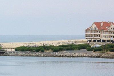 Plage du Vieux Boucau avec le lac marin au premier plan