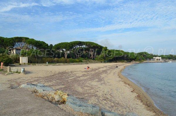 Vue globale sur la plage du Vieux Moulin de Port Grimaud