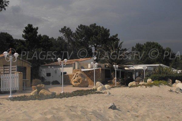 Paillotes sur la plage de Ghisonaccia en Corse