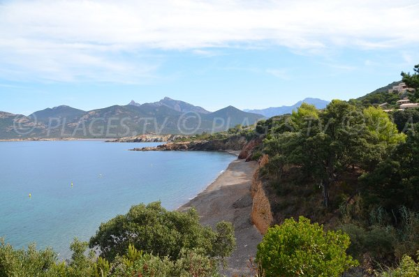 Photo de la plage de Galeria avec les falaises - Corse