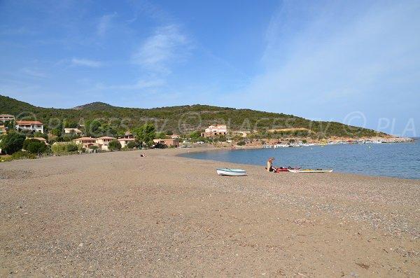 Photo de la plage à côté du port de Galéria