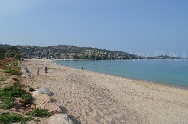 Plage de sable dans le golfe d'Ajaccio avec vue sur la pointe de Porticcio