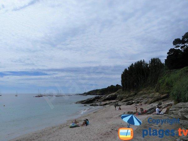 Plage avec des rochers sur l'ile de Groix - VVF