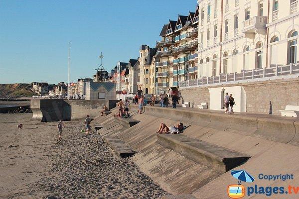 Poste de secours et bancs sur la plage de Wimereux