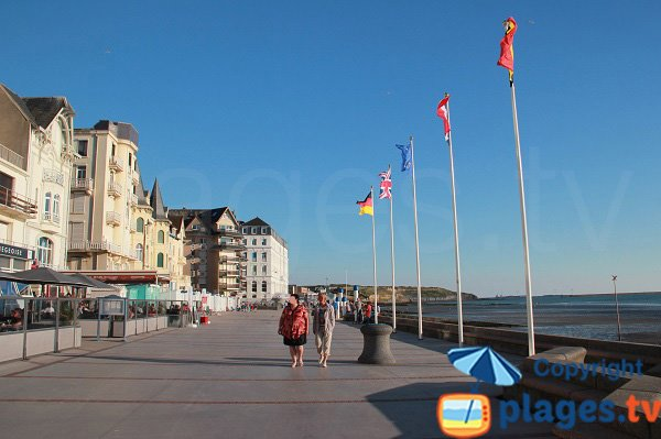 pedestrian promenade with restaurants in Wimereux