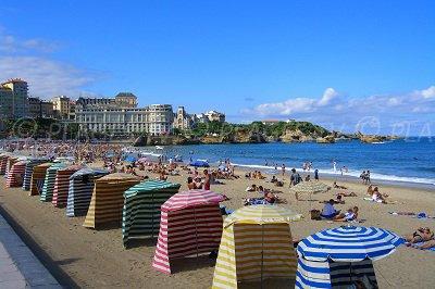 Plages à Biarritz avec ses tentes colorées
