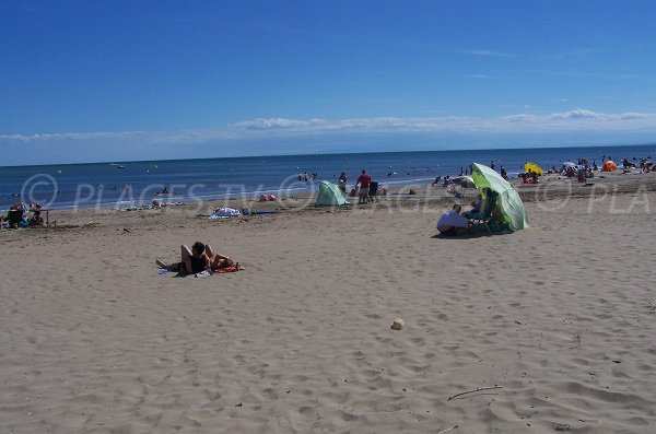 Photo of Cabanes de Fleury d'Aude beach in summer