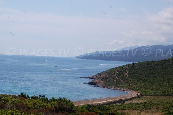 Photo de la plage des Iles Finicchiarola avec vue sur la baie de Tamarone