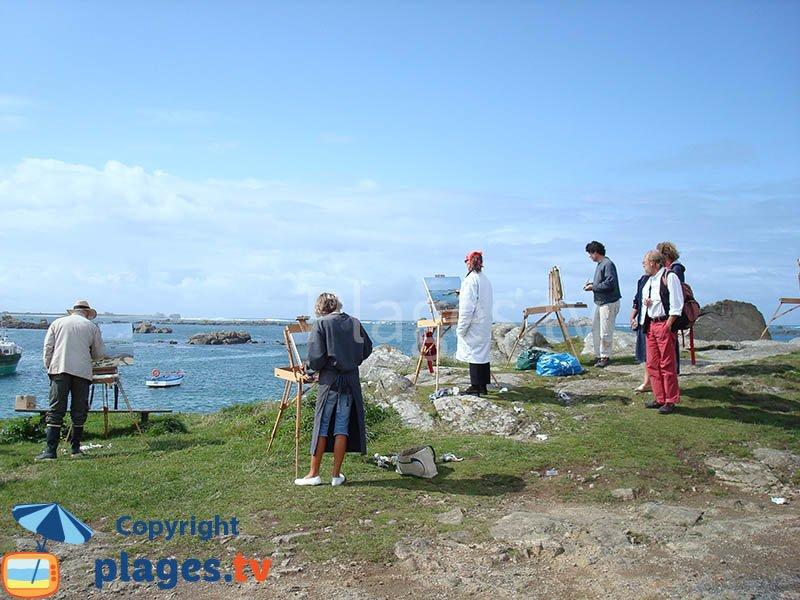 Artistes sur la pointe de Kastell Ac'h face au phare de l'ile vierge - Plouguerneau