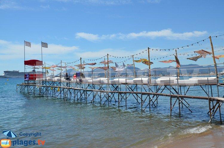 Ponton à Cannes avec des lits