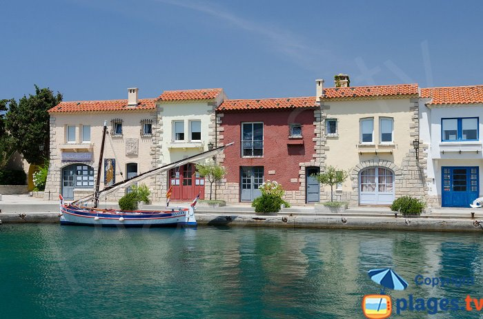 Maisons autour du port de Bendor