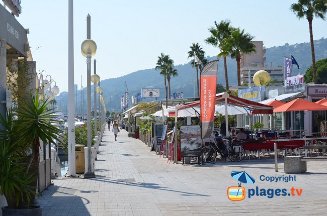 Port de Golfe Juan avec les restaurants