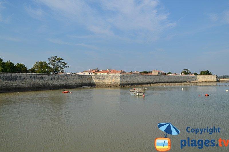 Port de l'ile d'Aix avec les fortifications