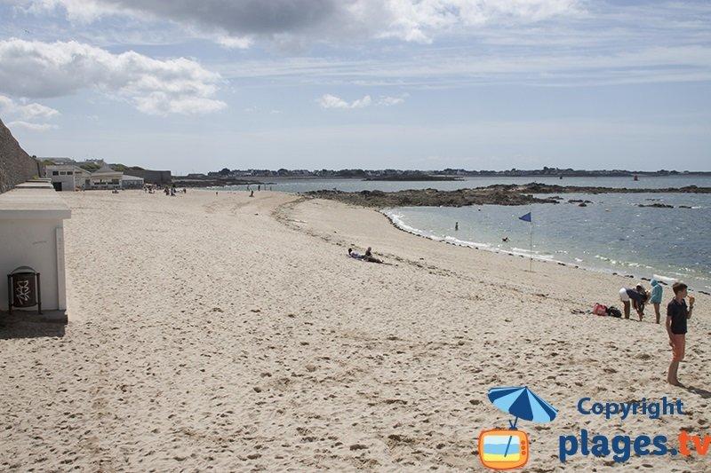 Port Louis: sa plage derrière la citadelle