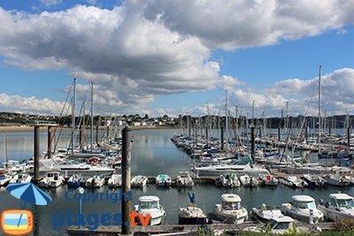Port de plaisance de Brest à côté de la plage