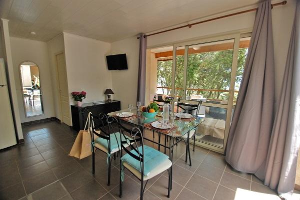 Intérieur d'un bungalow dans le domaine Riva Bella