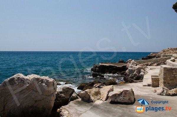 Plage aménagée dans les rochers sur l'ile de Bendor