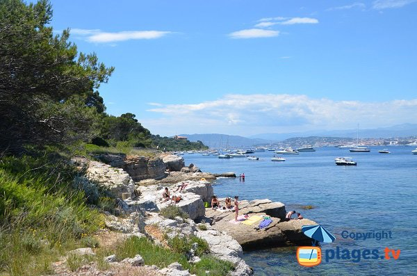 Rocks to bathe on the islands of Lérins