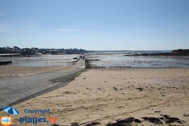 Route d'accès à l'ile Callot en Bretagne