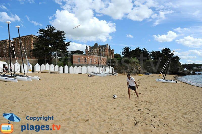 La Salinette, la plage, ses cabines de bains et le chateau - St Briac