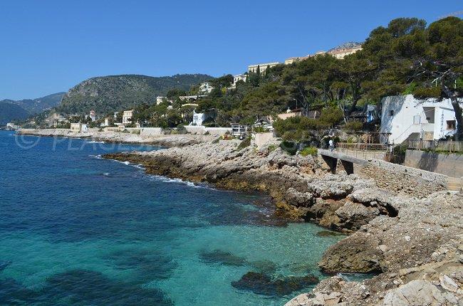 Küstenpfad auf der Höhe des Strandes in Cap d'Ail