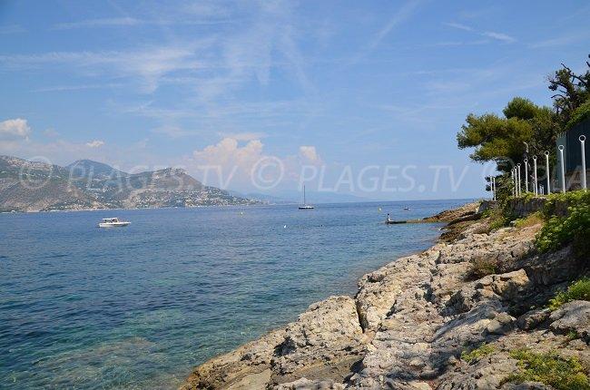 Sentier du littoral du Cap Ferrat avec une vue jusqu'au Cap d'Ail